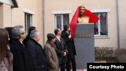 Бюст Сталина открыт в Луганске