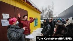 Волонтеры и родственники арестованных у входа в ЦВСИГ Сахарово (Новая Москва). 4 февраля 2021 года. Фото: AP