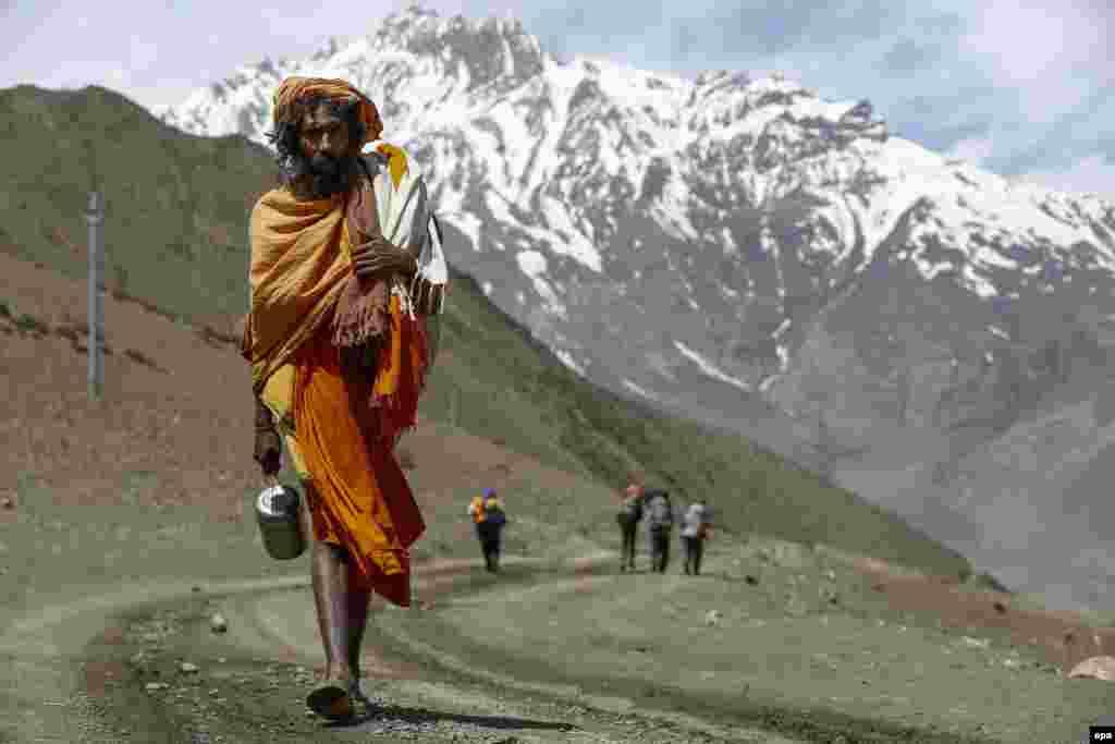 Так как садху отказываются почти от всех благ цивилизации, зачастую они ходят босиком
