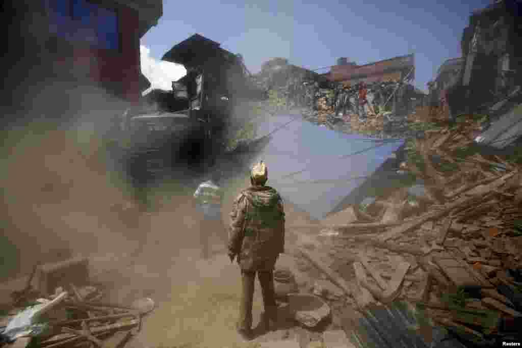 Спасатели на руинах зданий в Бактапуре, Непал