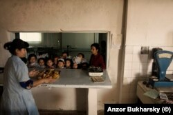 Обед в школьной столовой в Бухаре. 2010