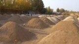 Свежевыкопанные могилы на кладбище в Узбекистане