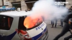 В Париже протестующие в масках разбивают машину полиции и бьют полицейских