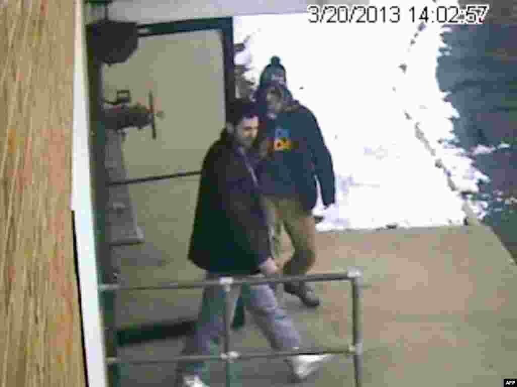 Видеокадр с Джохаром (справа) и его братом Тамерланом в Нью-Гемпшире менее чем за месяц до взрывов на Бостонском марафоне.