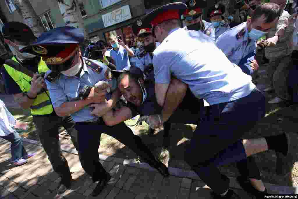 """В Нур-Султане, Алматы, Караганде и Шымкенте свыше сотни людей вышли на протесты. Полиция заблокировала подходы к площадям, о которых оппозиция заявила заранее. Власти объяснили это """"дезинфекцией"""". Десятки человек были задержаны. В Алматы спецназ провел задержания вблизи Дворца республики"""