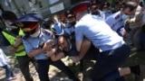 В Нур-Султане, Алматы, Караганде и Шымкенте свыше сотни людей вышли на протесты. Полиция заблокировала подходы к площадям, о которых оппозиция заявила заранее. Власти объяснили это &quot;дезинфекцией&quot;. Десятки человек были задержаны.<br /> <br /> В Алматы спецназ провел задержания вблизи Дворца республики