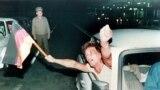 Немец из Восточной Германии размахивает флагом Федеративной Республики Германия, выезжая из Венгрии в Австрию рано утром 11 сентября 1989 года – в первый день, когда были сняты ограничения на поездки на Запад.В этот день венгерские власти символически открыли ворота в приграничном городе Шопрон. Пограничники не стали мешать восточным немцам перейти в соседнюю Австрию, откуда многие из них направились в ФРГ
