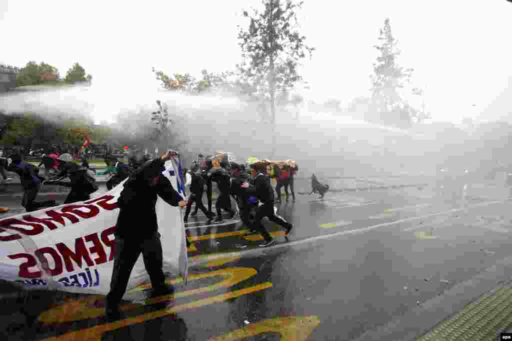 Полиция, используя водометы, преградила путьмитингующим