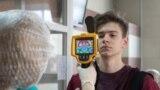 Студенту Рязанского радиотехнического университета измеряют температуру на входе в вуз, 18 марта 2020 года. Фото: ТАСС