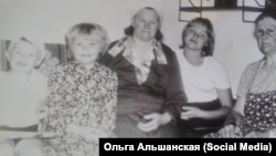 Баба Аня (в центре) с внуками