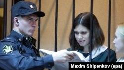 Надежда Толоконникова из Pussy Riot на процессе, апрель 2013 года