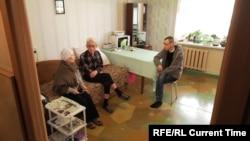 Максим Халтурин (справа) под домашним арестом