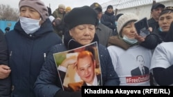 Родные и соратники встречают Джакишева у здания тюрьмы