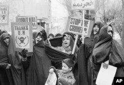 Иракские женщины протестуют против Саддама Хусейна и США в Тегеране, 1991 года