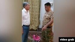 Атамбаев разговаривает с Курсаном Асановым