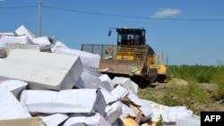 Бульдозер уничтожает санкционный сыр в Белгороде, 6 августа 2015 года