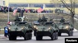 Военный парад в День независимости Эстонии в Нарве 24 февраля
