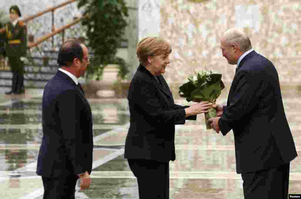 Президент Белоруссии Александр Лукашенко встречает Ангелу Меркель и Франсуа Олланда. Вечер 11 февраля 2015 года.