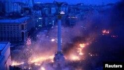 Дым на Площади независимости в Киеве после разгона палаточного лагеря. 19 февраля 2014 года