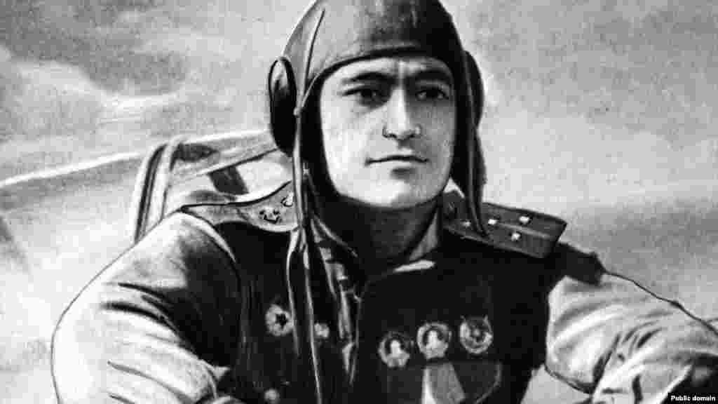Советская авиация также интенсивно бомбила позиции немецких войск. На снимке – советский военный летчик-ас Амет-Хан Султан. Во время бомбардировок Сталинграда он был сбит и спасся с помощью парашюта.