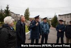 Иван Савельев (в центре слева) проводит экскурсию по ИК-9. Фото: Мария Смирнова