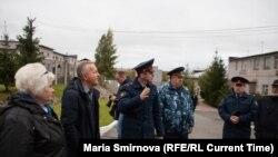 Иван Савельев проводит экскурсию по ИК-9 в Петрозаводске 27 сентября 2019 года