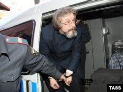 Василий Бойко у стен Тверского суда, где решался вопрос о его аресте в 2008 году