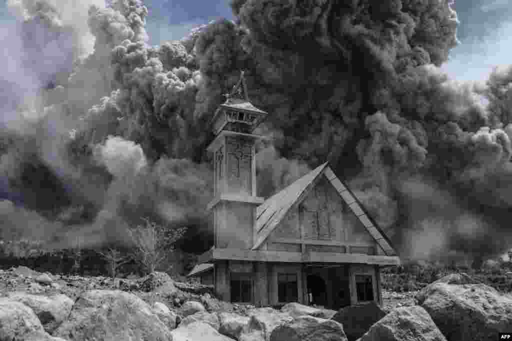 На фото - заброшеная церковь на Суматре, Индонезия. Вулкан Синабунг, находящийся на острове, начал выпускать пепел 13 июня