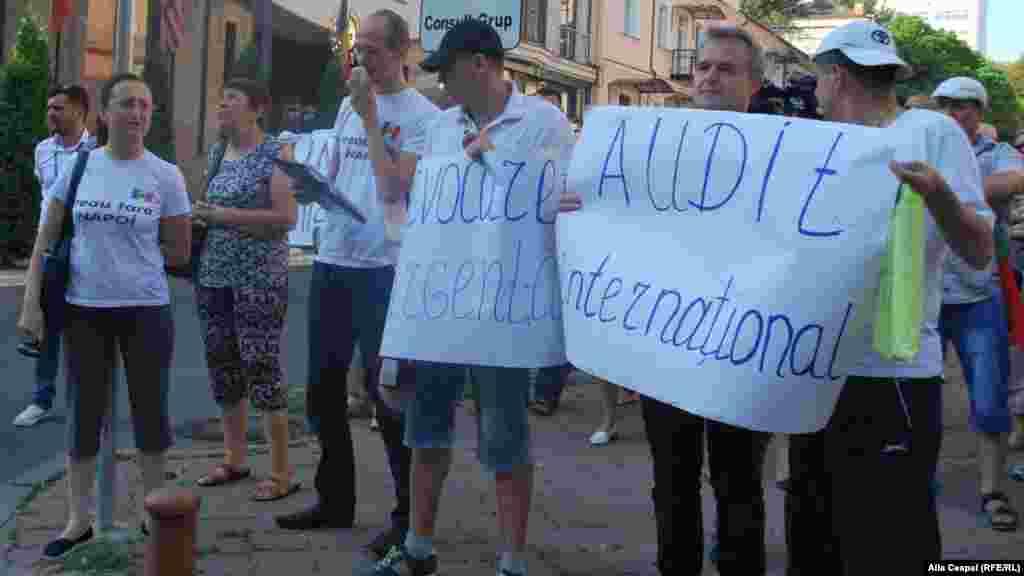 Позже протестующие с теми же слоганами отправились к зданию Кишиневской администрации