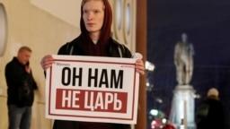 Активист с плакатом в одиночном пикете против обнуления сроков Владимира Путина. Москва, 13 марта 2020 года. Фото: Reuters