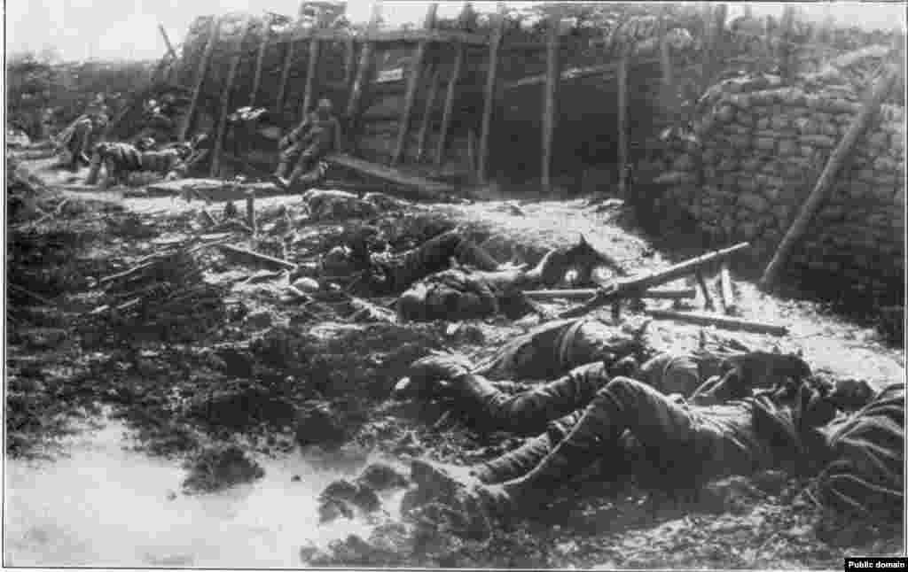 На позициях британского подразделения после газовой атаки со стороны немецкой армии. 19 июля 1916 года