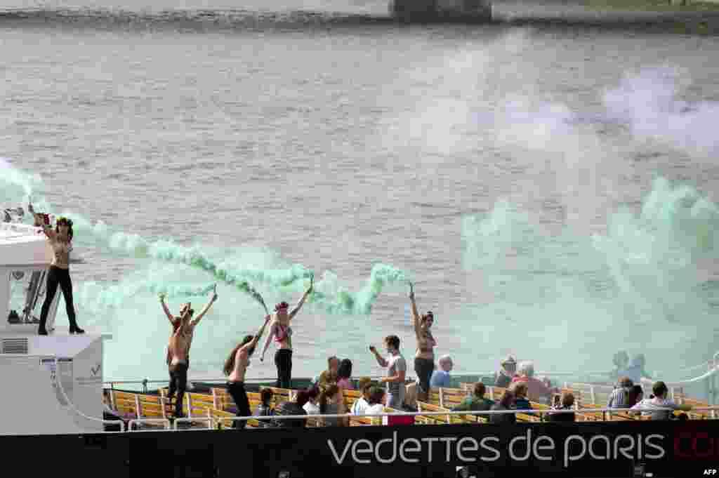 """Участницы группы Femen проводят акцию в поддержку задержанных в России активистов """"Гринпис"""". Париж, сентябрь 2013 года"""