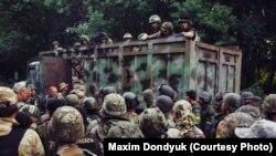 Украинские военные и добровольцы под Иловайском