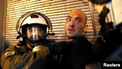 Полиция задерживает протестующего против мер жесткой экономии в Афинах