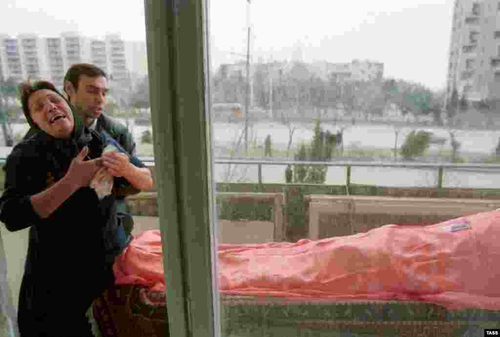 Ужас потери близкого. Более 200 человек были убиты и 700 получили ранения в результате того, что военные начали без предупреждения стрелять в толпу демонстрантов.