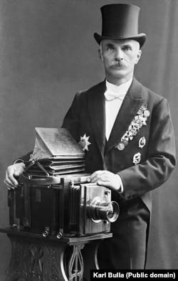 Карл Булла на закате своей карьеры в Санкт-Петербурге. Булла родился в прусском местечке Леобшютц (сейчас это город Глубчице в Польше) в 1855 году