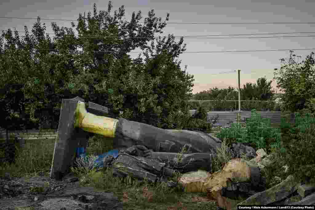 """За два года """"декоммунизации"""" в Украине снесли свыше 900 советских памятников С центральных улиц Краматорска Ленина изгнали на окраину"""