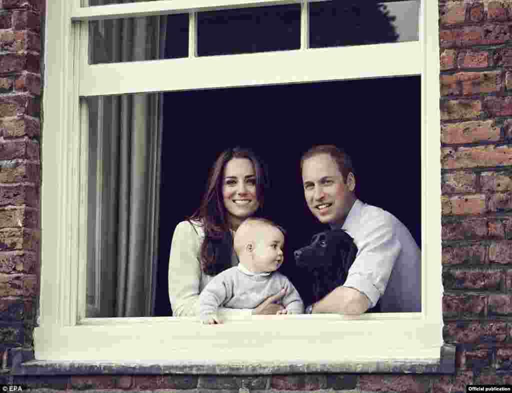 Принц Уильям с женой Кейт, герцогиней Кембриджской, принцем Джорджем и лабрадором