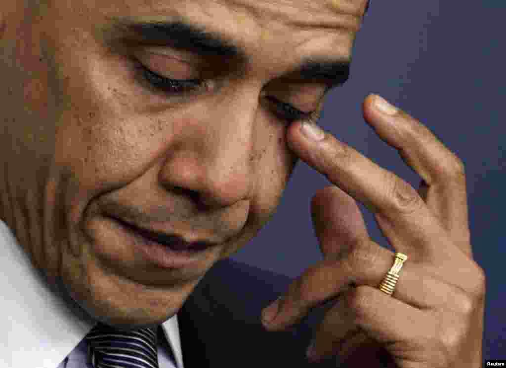 Обама не скрывает эмоций во время выступления после массового убийства в начальной школе Сэнди-Хук в городе Ньютаун, штат Коннектикут, 14 декабря 2012 года. Преступник открыл огонь по школьникам и персоналу, убив 20 детей и шестерых взрослых.