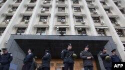 Милиция стоит у входа в областную государственную администрацию, Одесса, 5 Мая 2014 года