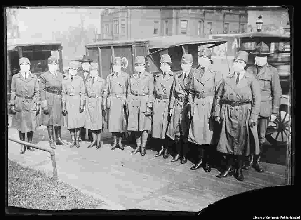 Члены моторизованных бригад Красного Креста Сент-Луиса заступают на службу 10 октября 1918 года. Власти Сент-Луиса, штат Миссури, решили отменить парад в честь Закона о займах свободы и рекомендовали горожанам не собираться в большие группы. Были также закрыты школы