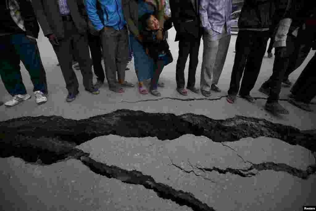 Жители Бактапура, Непал у трещин в земле, появившихся после землетрясения