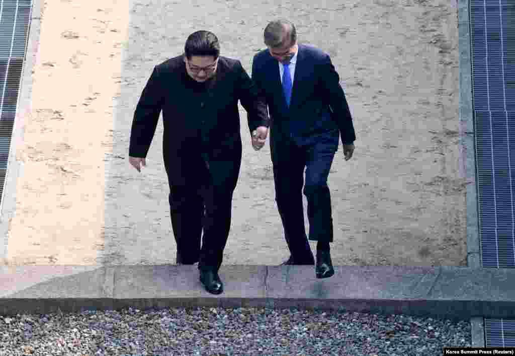 Затем они пересекли проложенную по земле бетонную пограничную линию, после чего Ким Чен Ын неожиданно попросил президента Южной Кореи пересечь пограничную линию еще раз, с юга на север