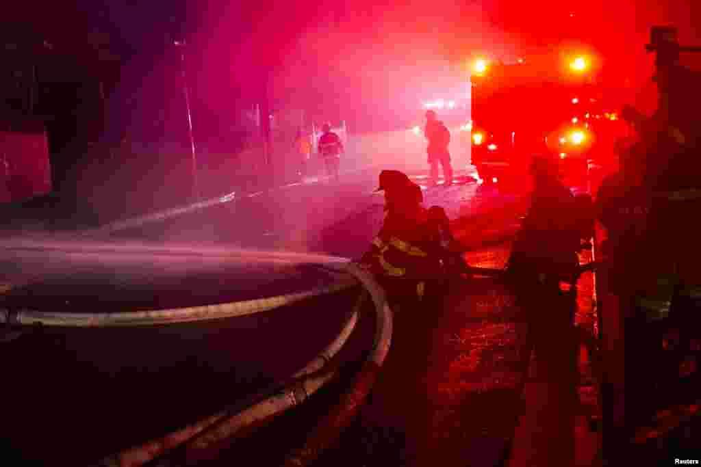 Балтиморские пожарные тушат огонь в западной части города