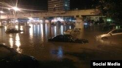 Затопленные автомобили на улице в районе железнодорожного вокзала в Ростове