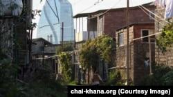 """Нелегальные постройки """"Шанхая"""" на фоне здания SOCAR"""