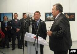 Киргизский посол Ибрагим Жунусов (второй слева) во время речи Андрея Карлова на открытии выставки