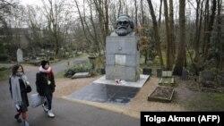 Надгробный памятник Карлу Марксу в Лондоне