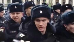 Задержанные на митинге в Москве рассказали об избиении полицией