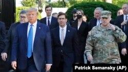 Генерал Марк Милли (в форме) с Дональдом Трампом в Вашингтоне. 1 июня 2020 года